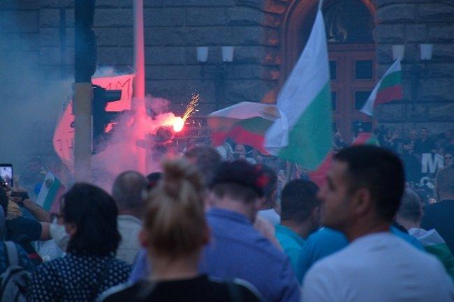 Полицията овладя напрежение пред сградата на Народно събрание - 2