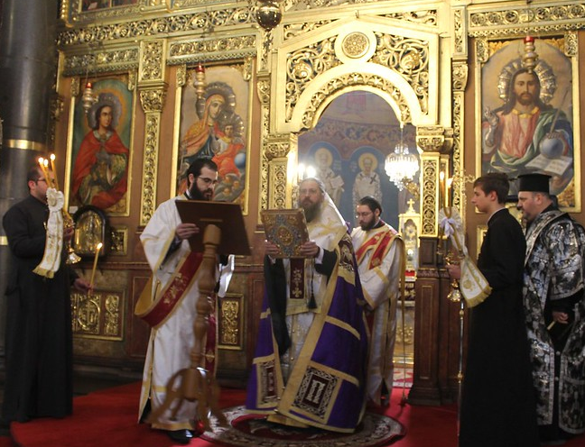 """В митрополитската катедрала """"Св. Неделя"""" се отслужиха Царски часове и вечерня с изнасяне на Христовата плащаница"""