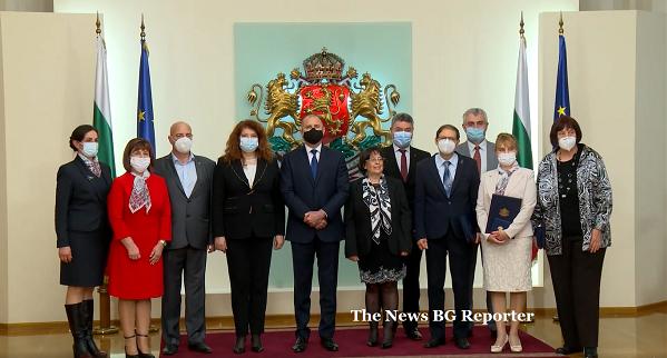 По случай Световния ден на здравето - 7 април, държавният глава удостои с Почетния знак на президента изявени български лекари и специалисти по здравни грижи